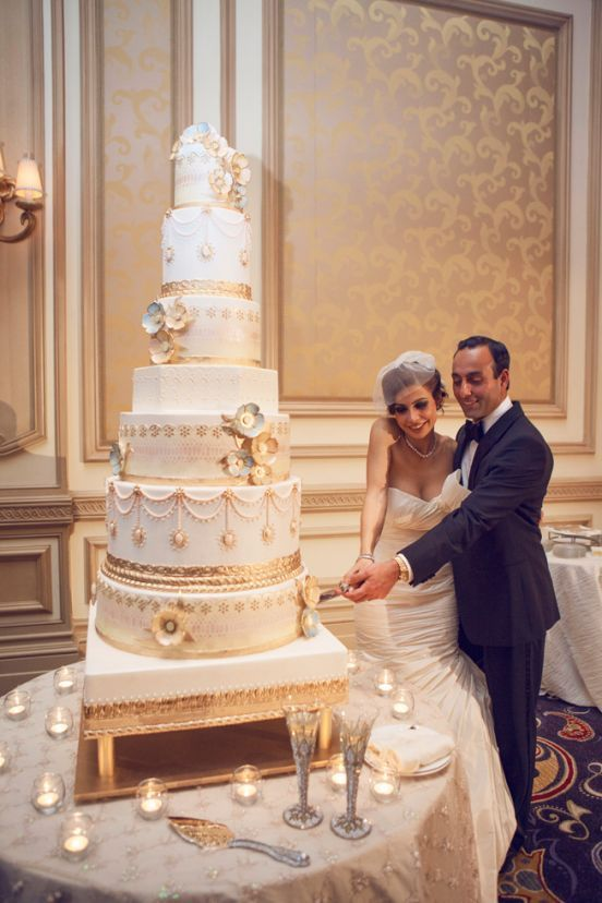 how big should a wedding cake be for 200 guests ウェディングケーキの相場値段と節約方法 おしゃれなデザイン画像とともに wedding tips ウェディング 15358