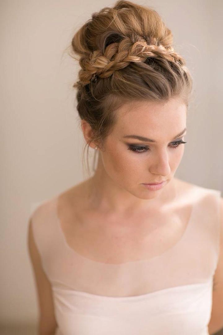 【ロングヘア】キュートにクラシックにお団子ヘア♡結婚式の髪型 で紹介している画像