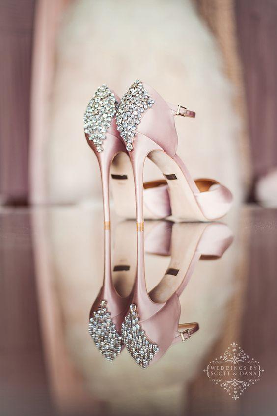 """後ろ姿ですらもグラマラス。""""バッジェリー・ミシュカ"""" の靴で見せたくなる足元に で紹介している画像"""