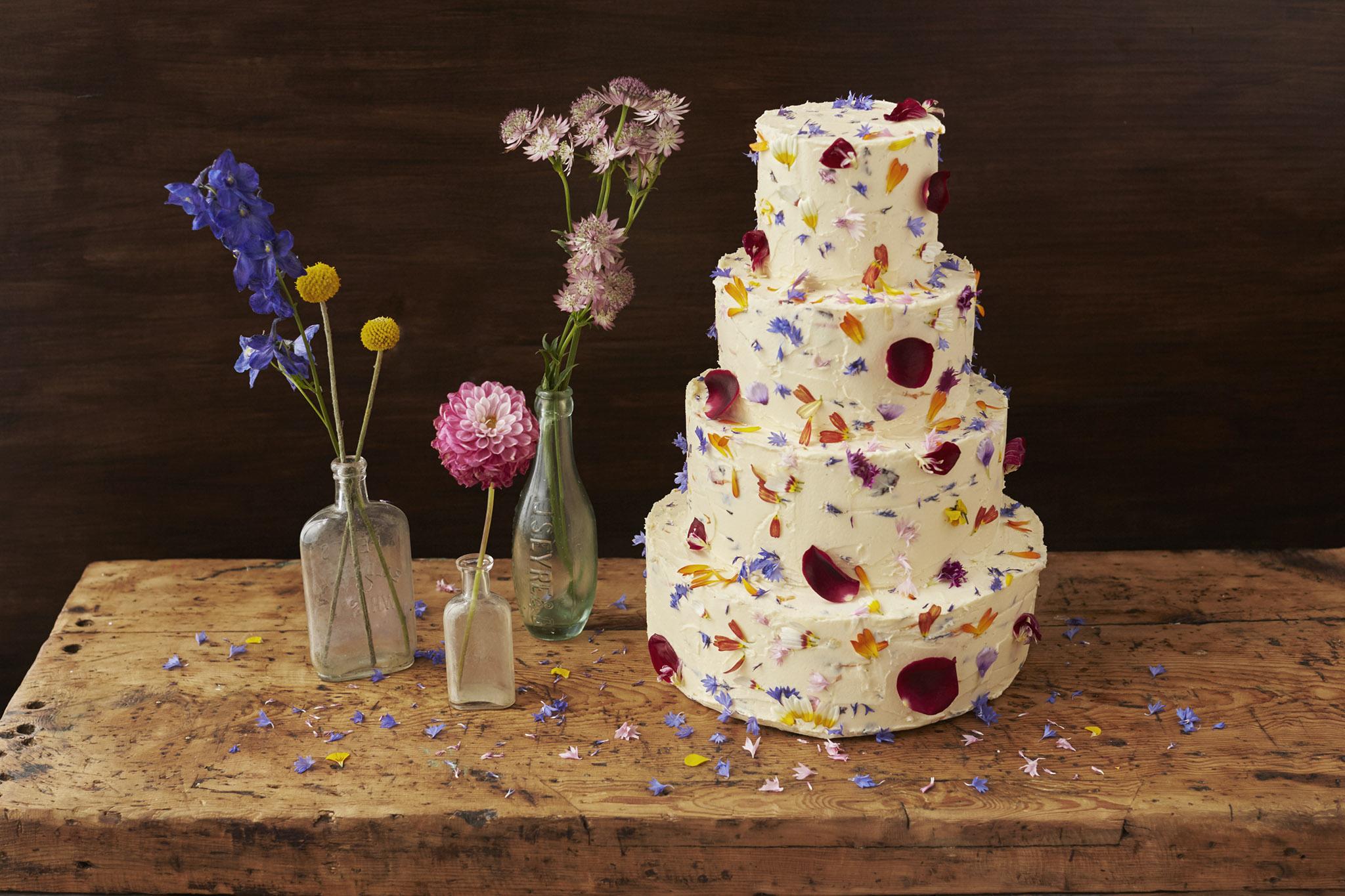 食べられるお花<エディブルフラワー>のウェディングケーキ*おしゃれなデザイン集 で紹介している画像