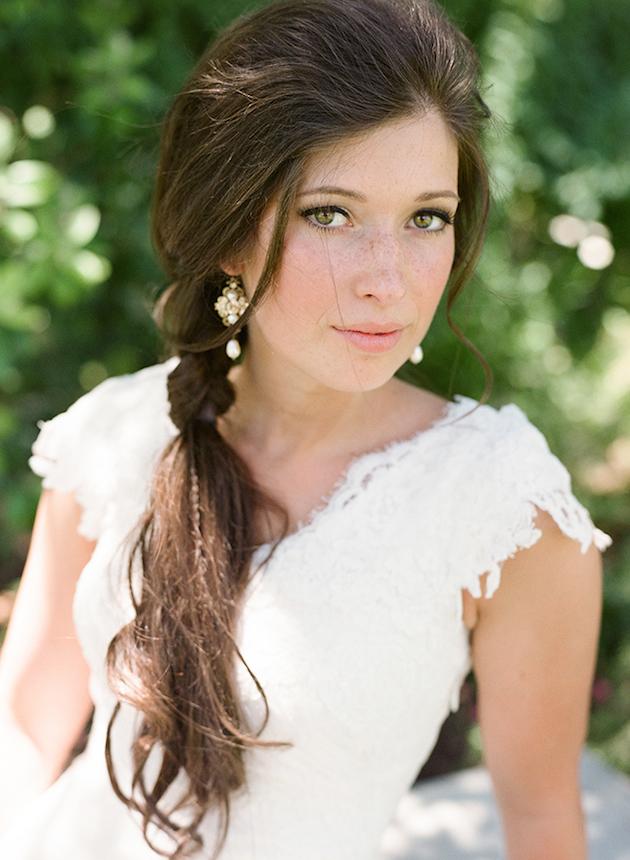【ロングヘア】どんな顔立ちにもドレスにも似合うポニーテール♡結婚式の髪型 で紹介している画像