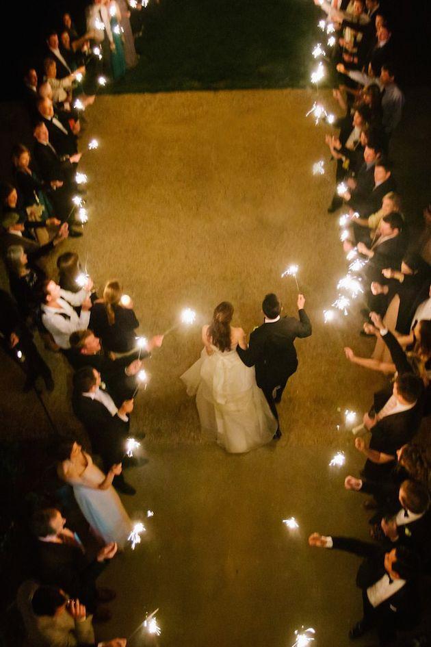 忘れられない夜を彩る☆ナイトウェディングにおすすめ手持ち花火の演出アイデア で紹介している画像