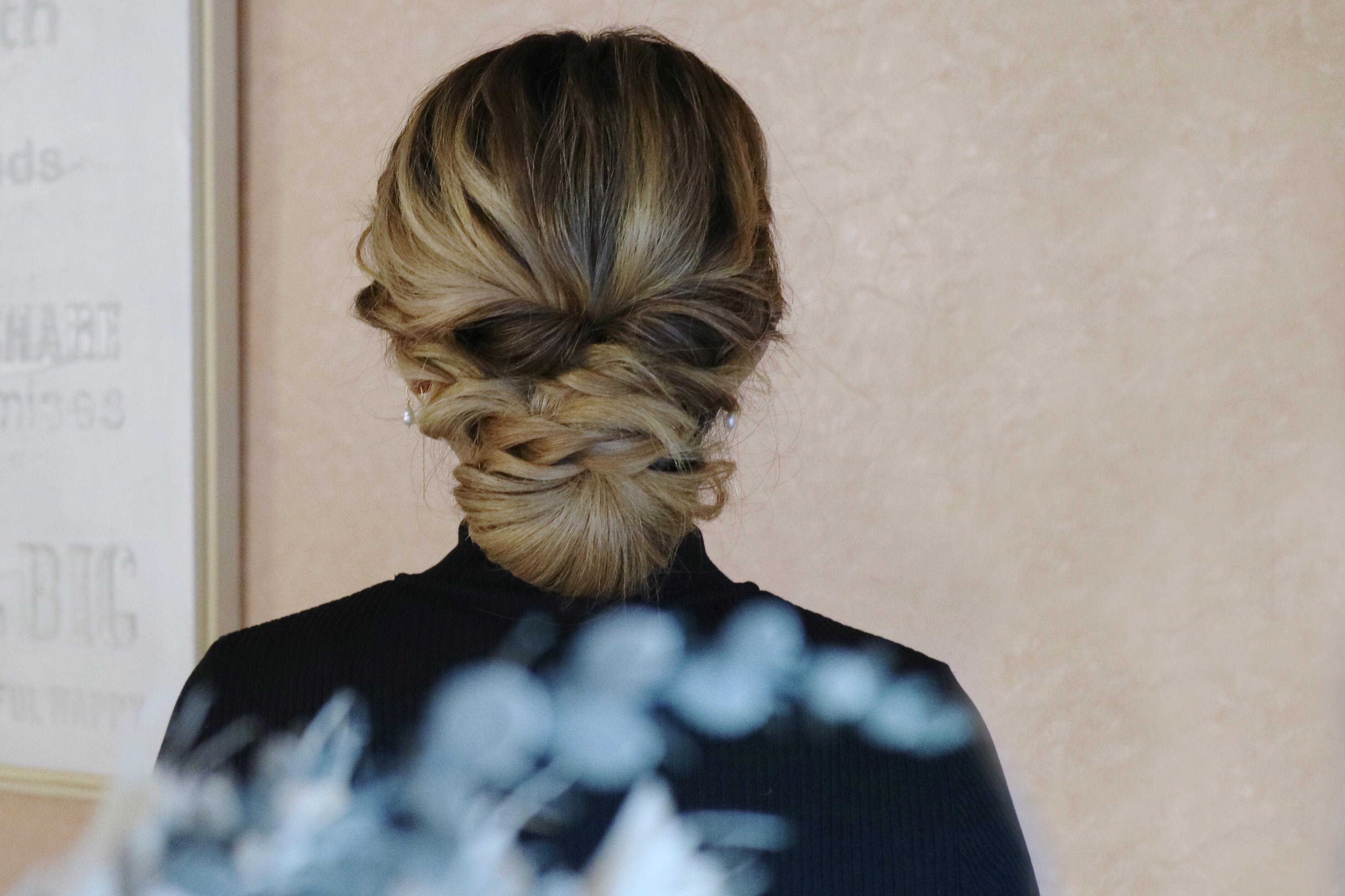 自分で簡単に出来る髪型!セルフヘアアレンジ動画♪シニヨンアップスタイル編〜ミディアム・ロング〜 で紹介している画像