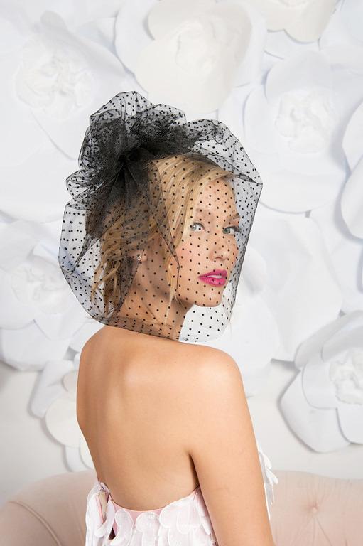 """白だけじゃない。淡く色づいたチュールの""""カラーベール""""でモードなウェディングスタイル で紹介している画像"""