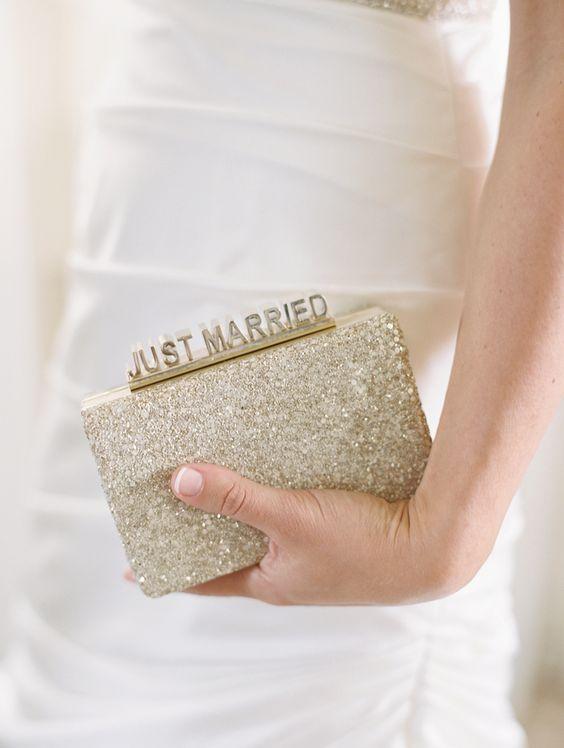 新しいトレンドに!ウェディングドレスに合わせたクラッチバッグがオシャレで便利 で紹介している画像