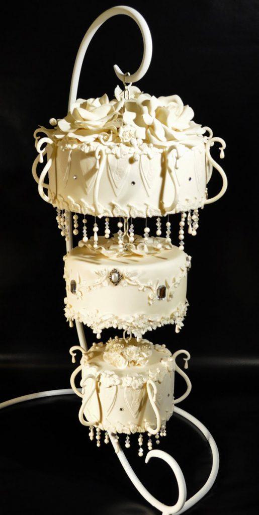 【2016年話題】海外で大注目の最新ケーキ!「シャンデリアウェディングケーキ」がキラキラで綺麗♡ で紹介している画像