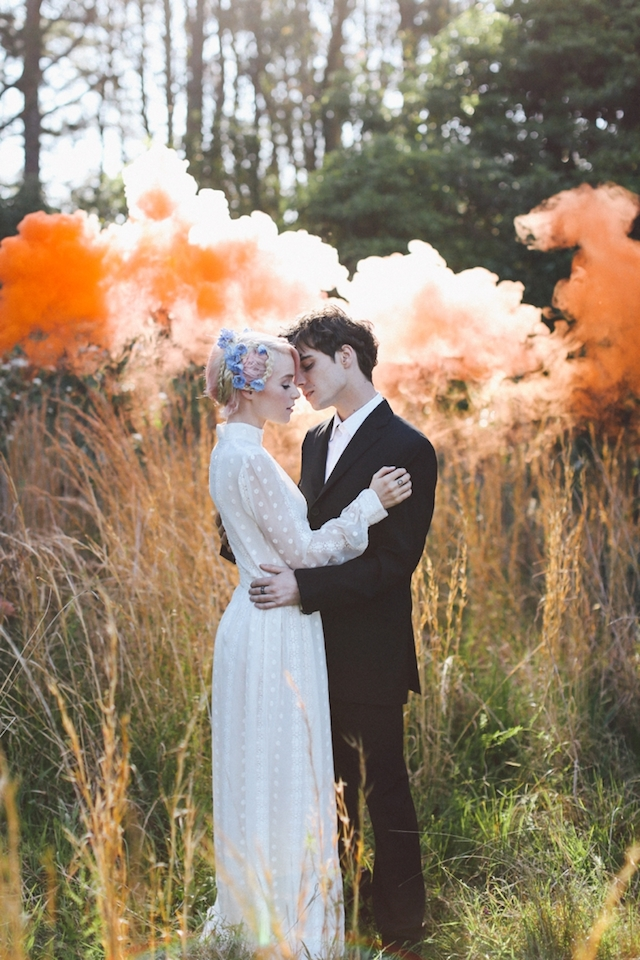 たった20秒の魔法。カラースモークで魅せるオシャレな結婚式の写真アイディア で紹介している画像